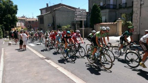 The peloton going through Roujan on stage 7