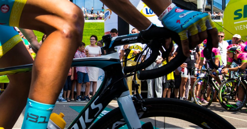 Caleb Ewan's impenetrable wall of bikes – VCSE's Racing Digest #42