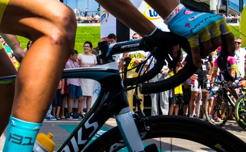 Caleb Ewan's impenetrable wall of bikes – VCSE's Racing Digest#42
